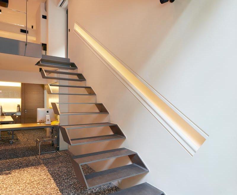La main courante, qui a été construite directement dans le mur et est de la même longueur que les escaliers, fournit un guide pour les personnes utilisant les escaliers car elle a également un éclairage caché. #Mains courantes #Éclairage caché #Intérieurs #Éclairage #Mains courantesLighting #StairDesign