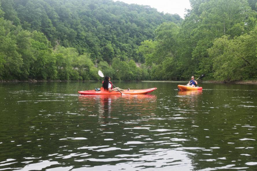 deux personnes, kayak sur un lac