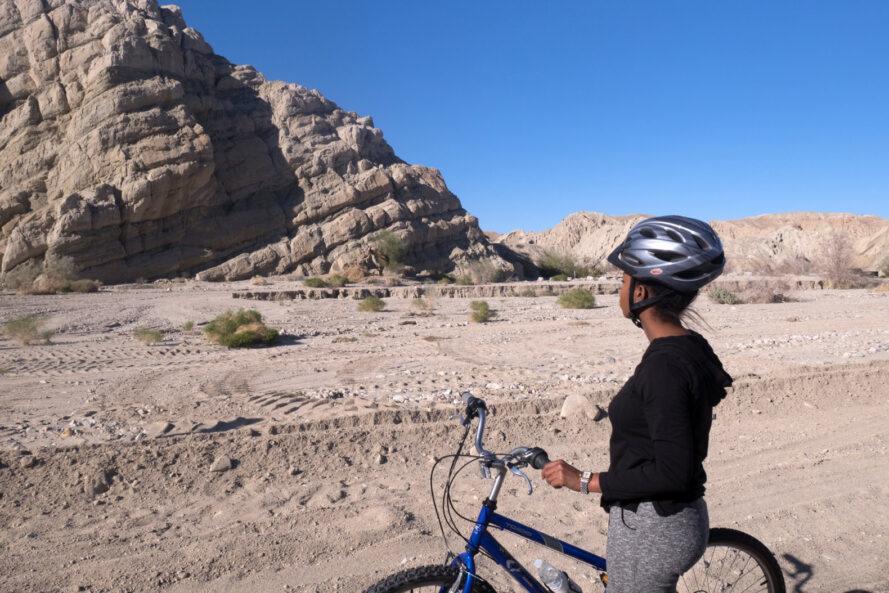 personne, vélo, regarder, géant, rocher, formation, désert