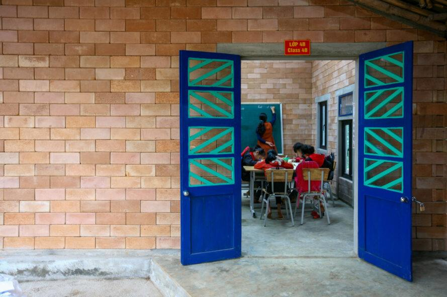 portes bleues et vertes ouvrant sur une salle de classe