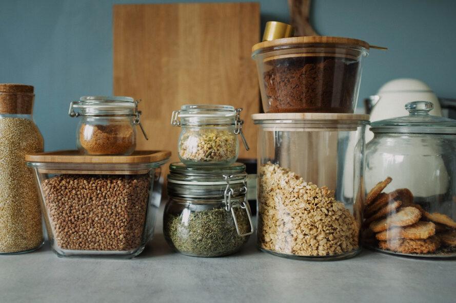 un affichage de plusieurs récipients de stockage des aliments en verre