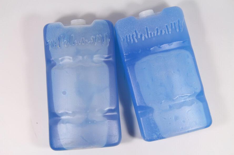 deux packs de glace en plastique bleu