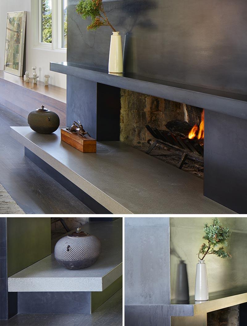 Cette cheminée moderne en acier noirci avec un foyer en béton crée un détail accrocheur dans le salon. #ModernFireplace #SteelFireplaceSurround #SteelFireplace #ConcreteHearth #ModernLivingRoom