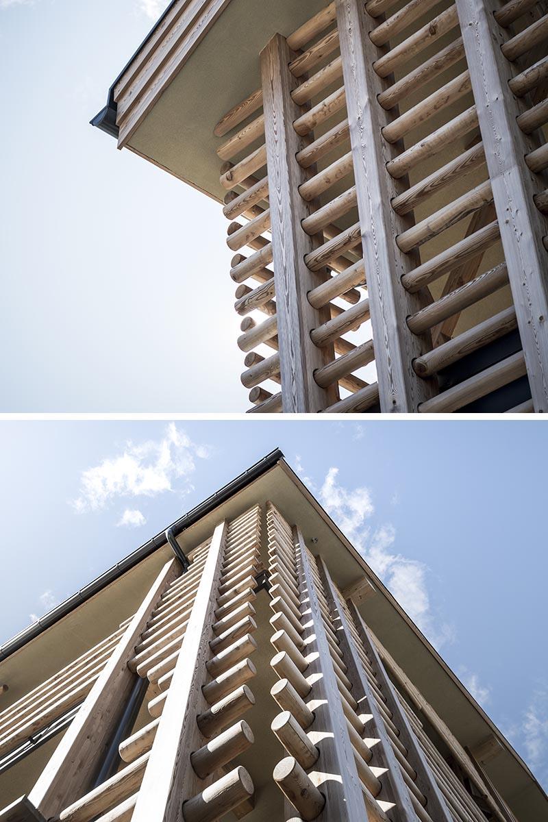 Des rangées de poteaux en bois ont été enfilées à travers des supports verticaux et entourent les murs solides de cet hôtel moderne, créant un look qui rappelle les fermes locales. #HotelDesign #WoodExterior #LogWood #WoodFacade #Architecture