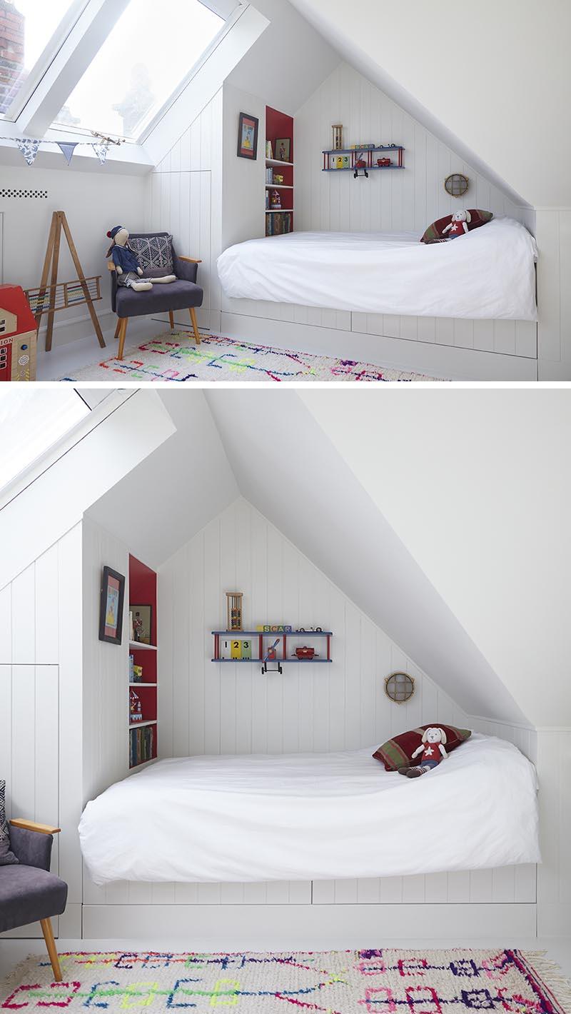 Cette chambre d'enfant moderne a un lit intégré qui a été rentré à une extrémité de la pièce, créant une aire de jeu ouverte qui est adoucie par l'utilisation d'un tapis moderne, et comprend un stockage sous la forme d'un placard et d'une étagère. #KidsBedroom #ModernKidsBed #BuiltInBed #Interiors #BedroomDesign