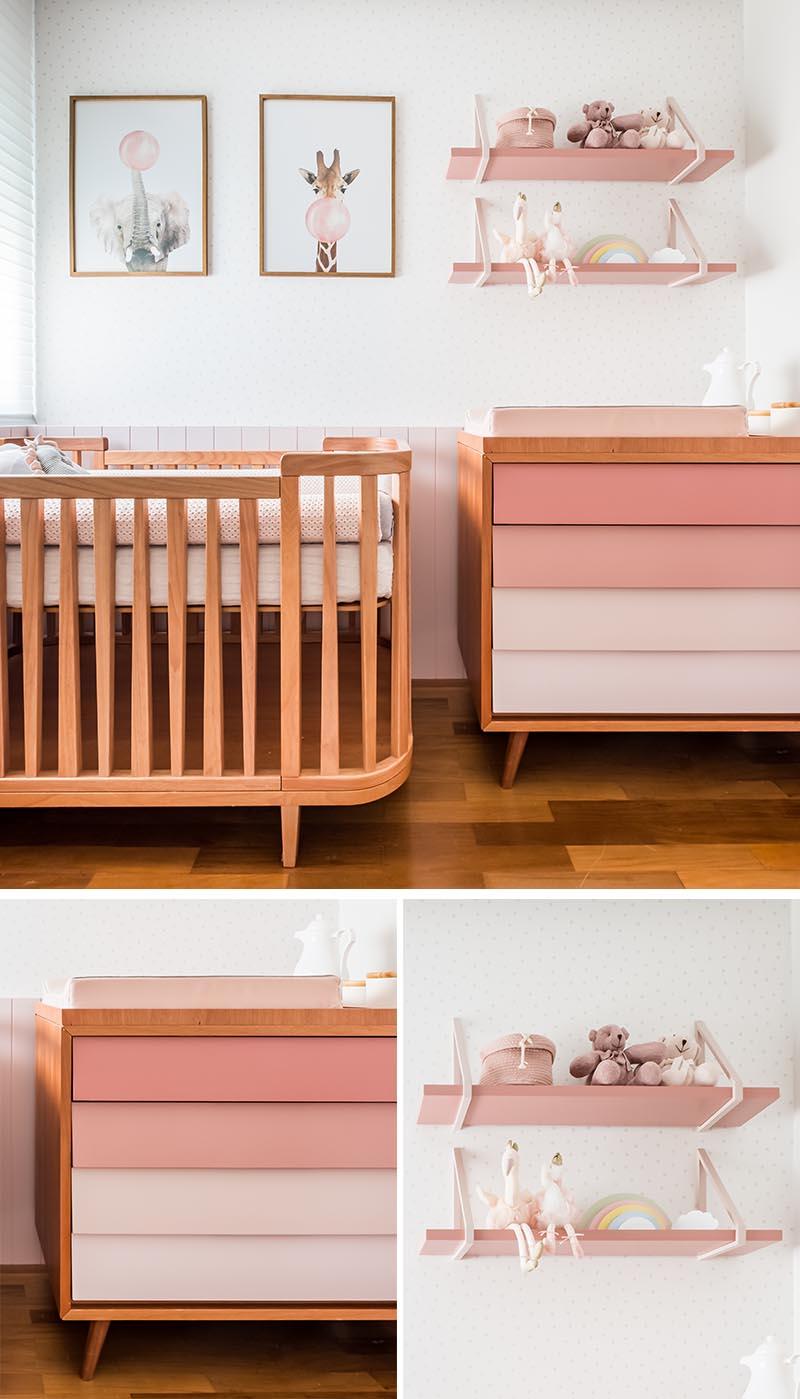 Cette chambre d'enfant rose moderne a un mur qui abrite le berceau, une commode et un meuble à langer, et des étagères conçues sur mesure par Rua 141. Les tiroirs de la commode ont été peints dans un dégradé rose pour adoucir le meuble. #ModernNursery #PinkNursery #GirlsBedroom #InteriorDesign #Interiors #NurseryRoom #BabyRoom