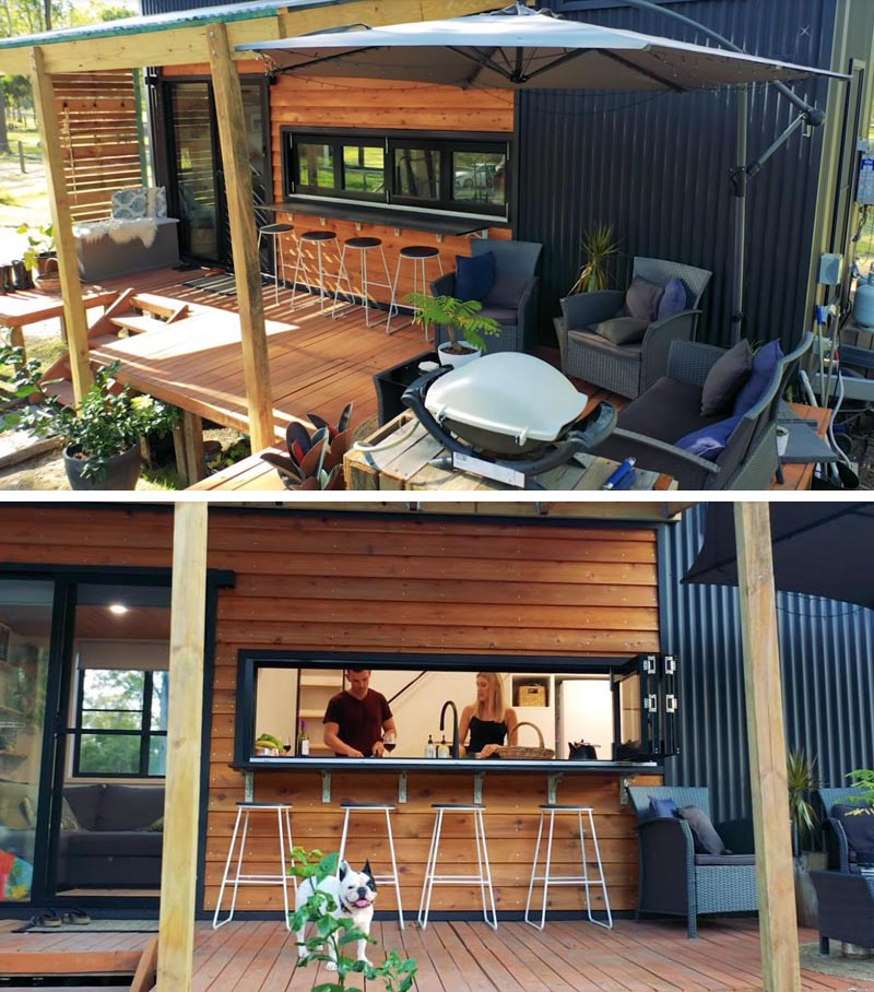Conçu pour se détendre, le porche de cette petite maison abrite un salon décontracté avec un barbecue et un bar. #TinyHouse #TinyHousePorch #TinyHouseDeck