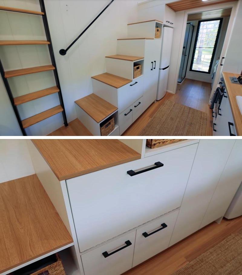 Cette petite maison moderne dispose d'un escalier avec rangement qui mène à la chambre en mezzanine au-dessus de la salle de bain. #TinyHouse #TinyHouseStairs #StairsWithStorage