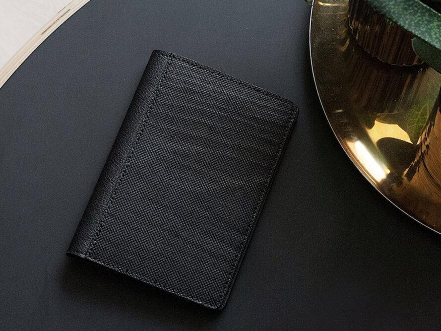 portefeuille en cuir végétalien noir sur une table