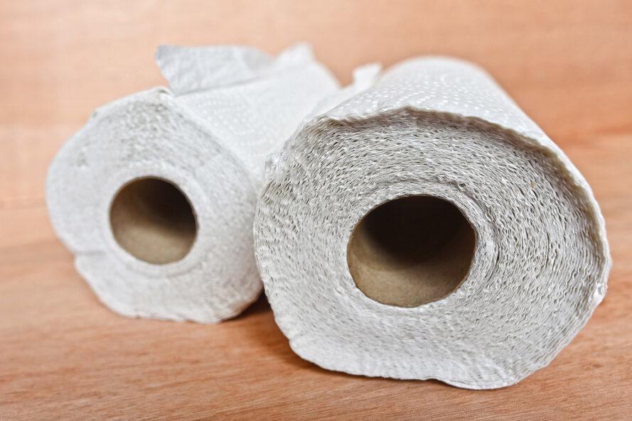 deux rouleaux de serviettes en papier sur une surface en bois