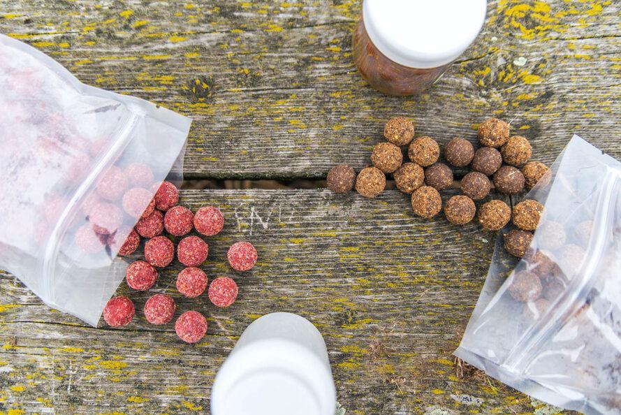 sacs en plastique réutilisables remplis d'aliments circulaires roses et bruns
