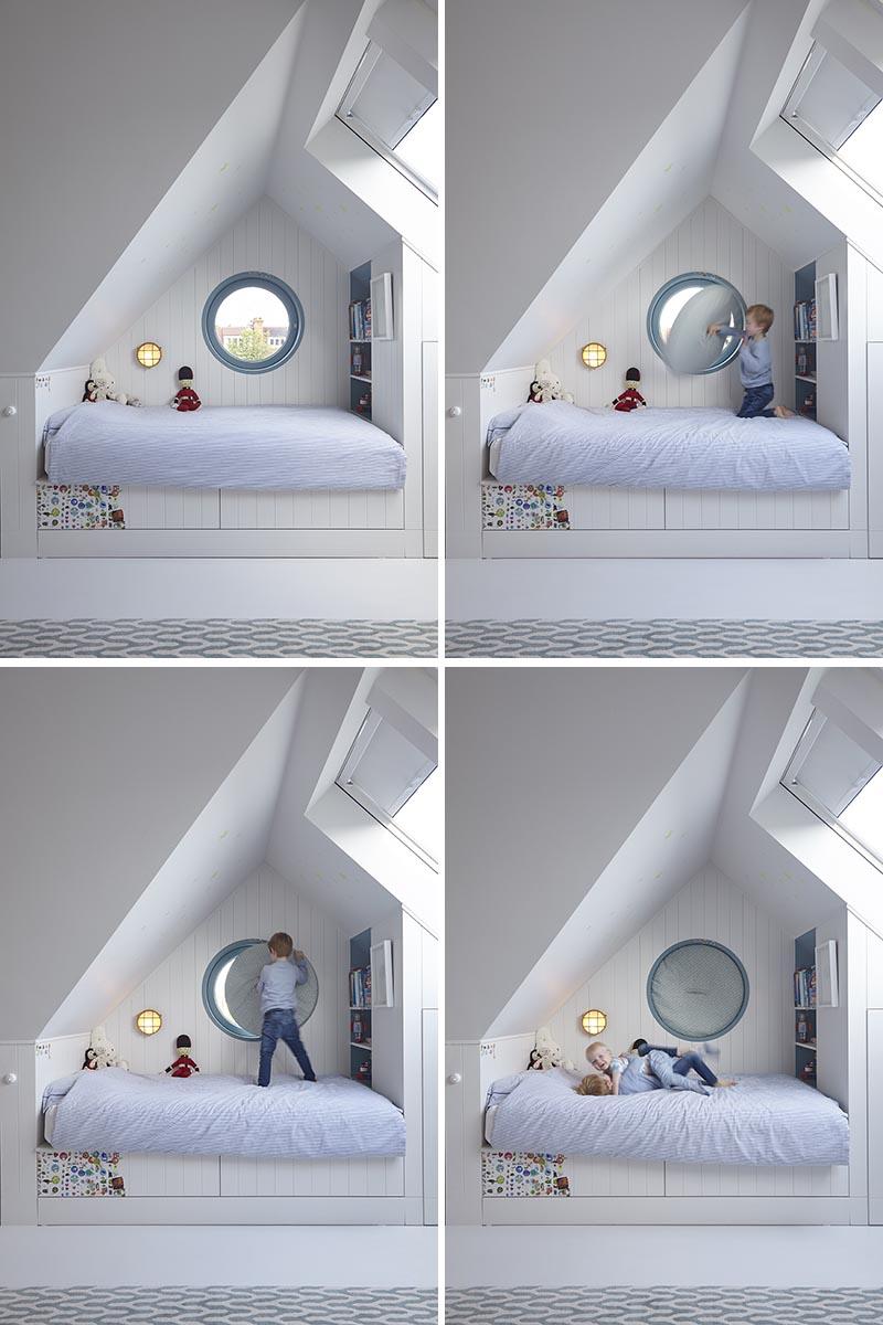 Un détail de conception intéressant dans cette chambre d'enfant est l'utilisation d'une fenêtre ronde. Au lieu d'essayer de trouver un rideau ou un store pour couvrir la fenêtre, les concepteurs ont créé un coussin circulaire rembourré avec une poignée qui peut facilement s'insérer dans le cadre de la fenêtre, bloquant ainsi la lumière. #RoundWindow #CircularWindow #RoundWindowCovering #InteriorDesign #Interiors #KidsBedroom