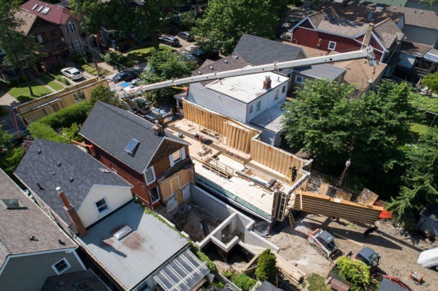 vue aérienne de personnes construisant une maison étroite