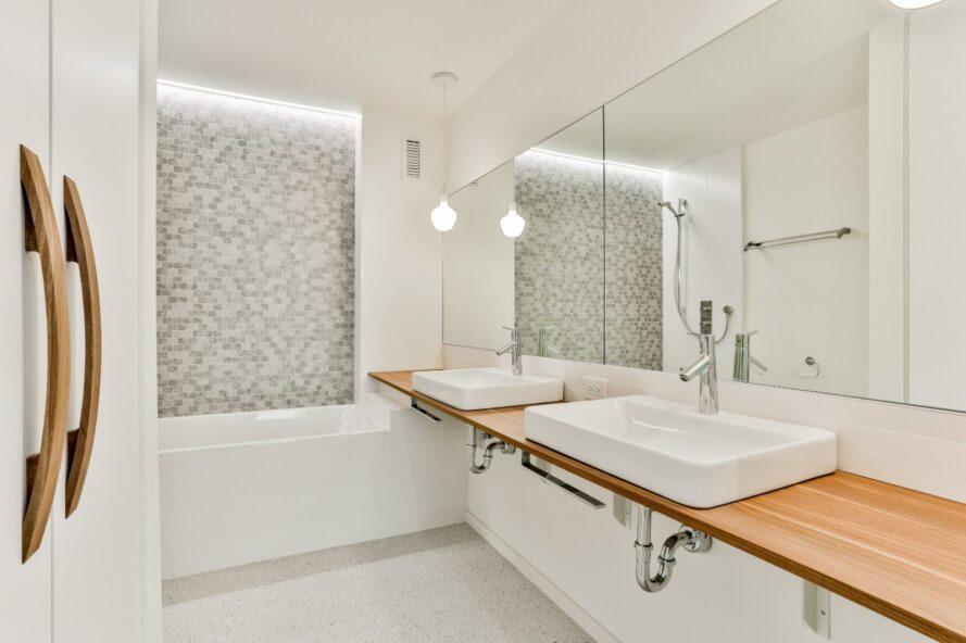 salle de bain blanche avec plan de travail en bois