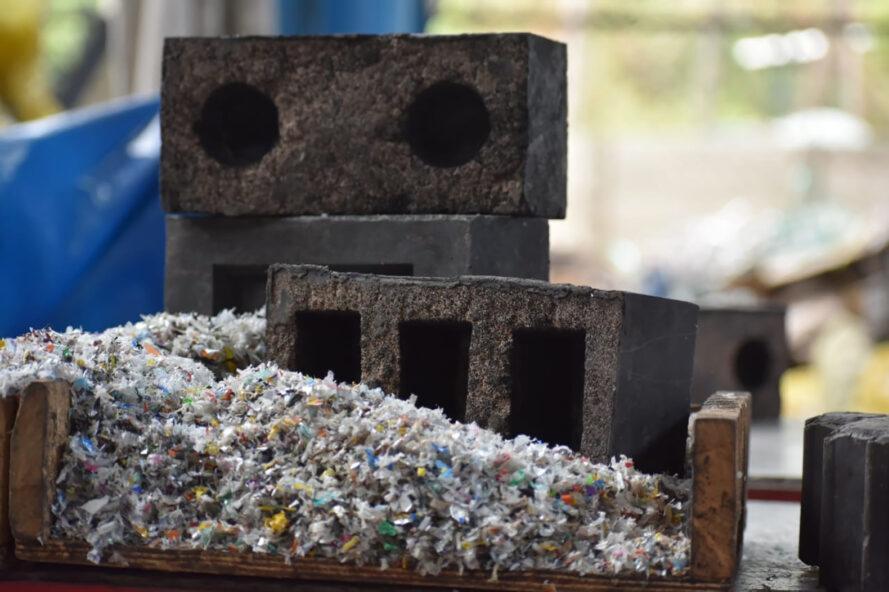blocs de plastique de silice empilés à côté d'un tas de déchets plastiques déchiquetés