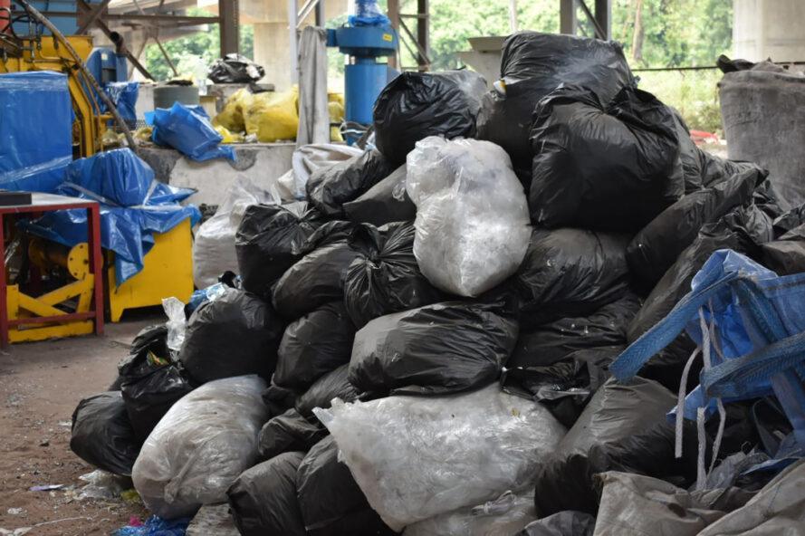 une pile de sacs poubelles pleins de déchets plastiques