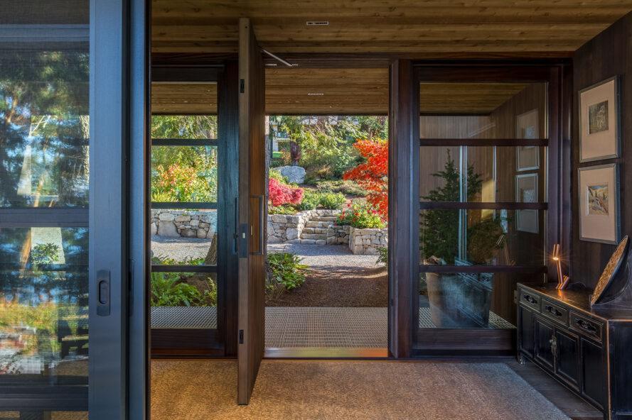 l'intérieur d'une maison aux portes ouvertes donnant sur un jardin