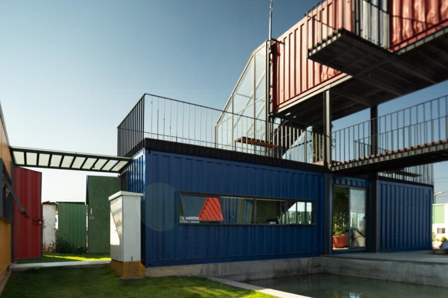 conteneur d'expédition bleu avec terrasse sur le toit