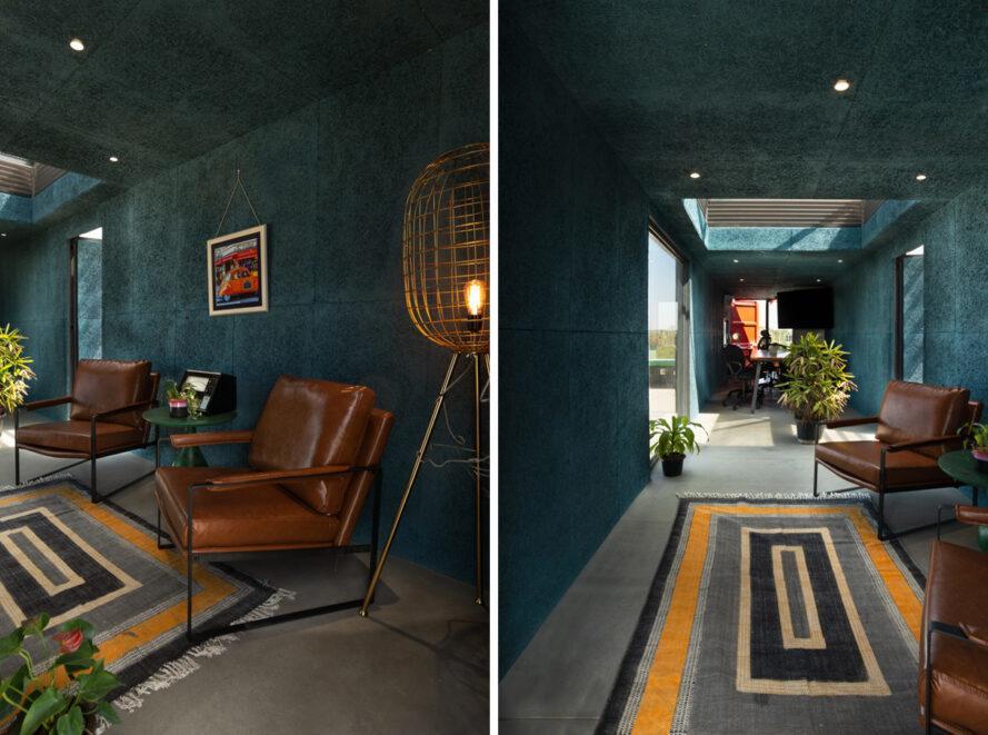 chambre turquoise avec des chaises en cuir beige et une lumière avec un abat-jour cage en laiton