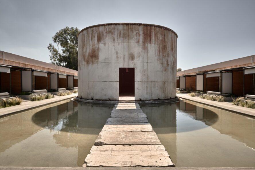 voie menant à un grand et vieux réservoir à vin
