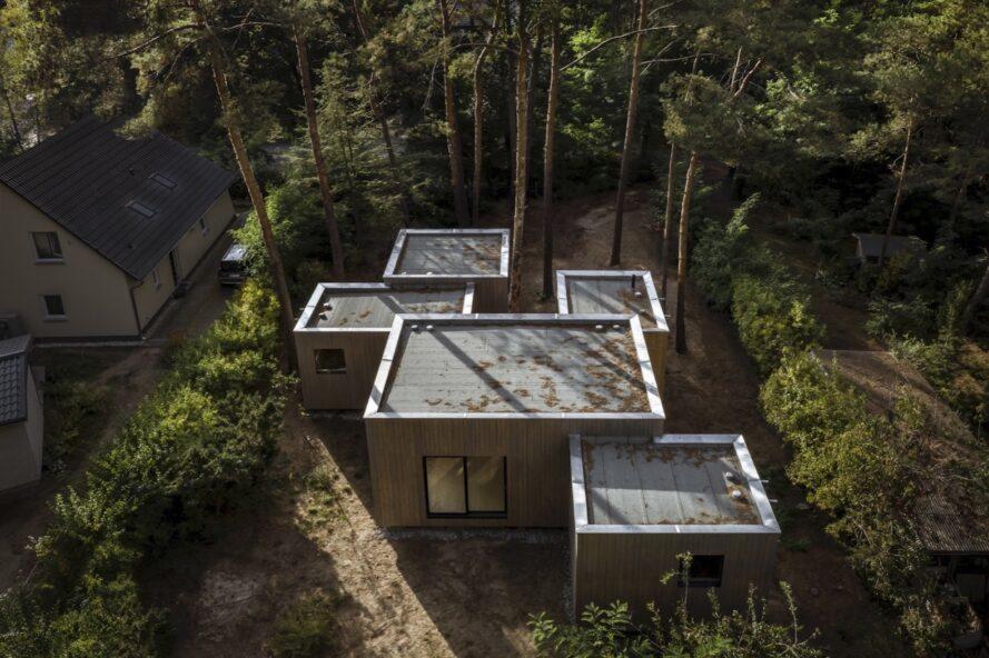 vue aérienne de la maison avec cinq volumes cubiques entourés d'arbres