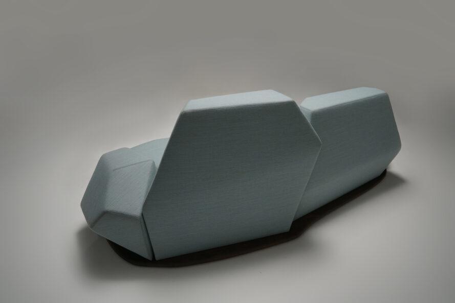 dos d'un canapé géométrique bleu clair