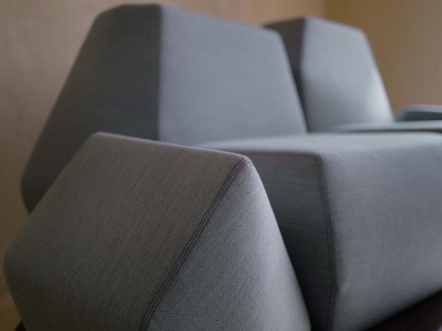 gros plan, angulaire, bleu clair, bras, sofa