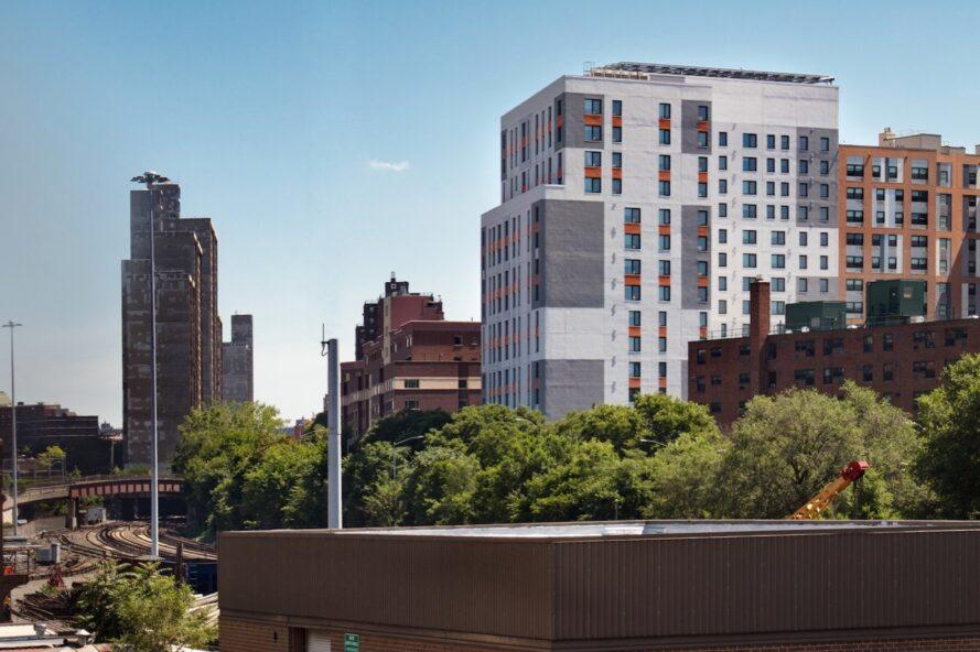 toits de la ville avec un grand bâtiment gris et orange