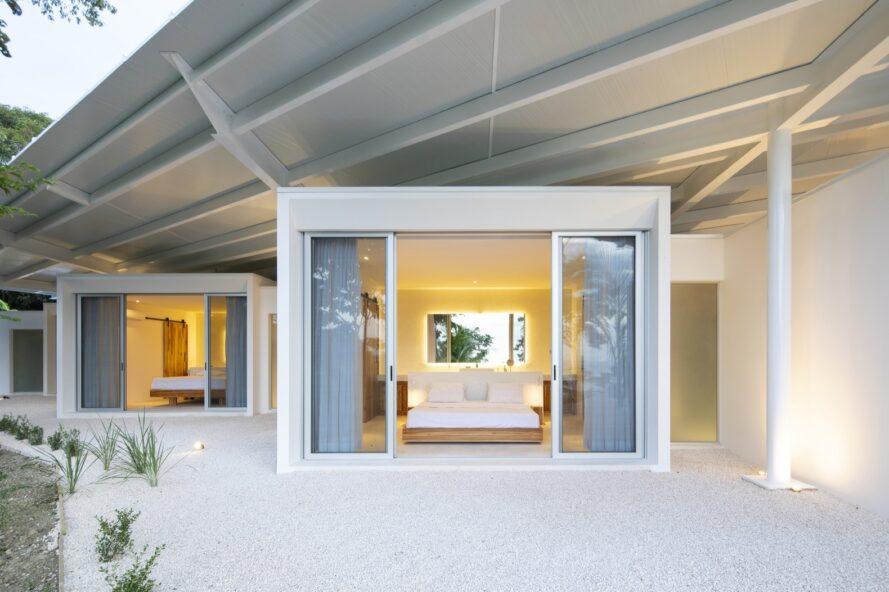 un volume en forme de bloc de la maison avec des portes coulissantes en verre