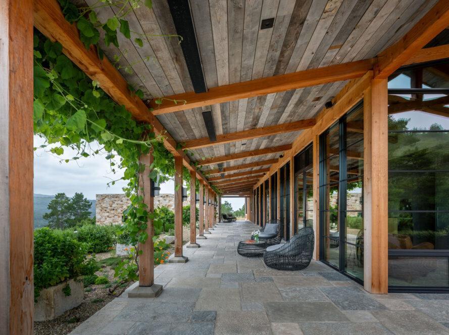 terrasse en pierre avec chaises en fil