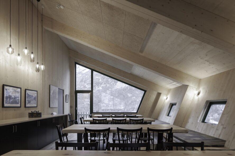 tables à manger face à une grande fenêtre angulaire