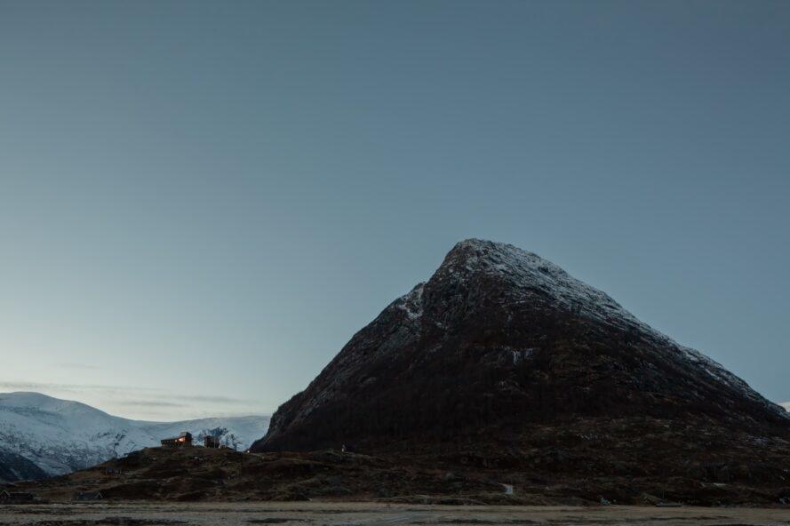 deux petites cabines à côté d'une montagne