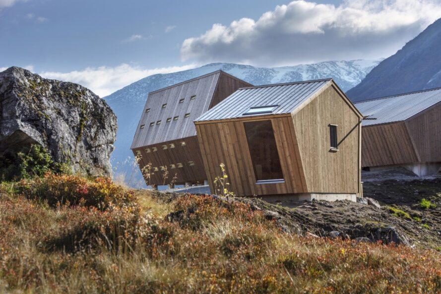 petites cabines en bois avec des toits fortement inclinés