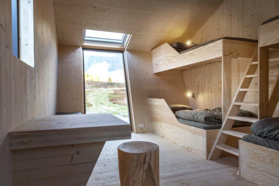 chambre bordée de bois avec lits en bois intégrés