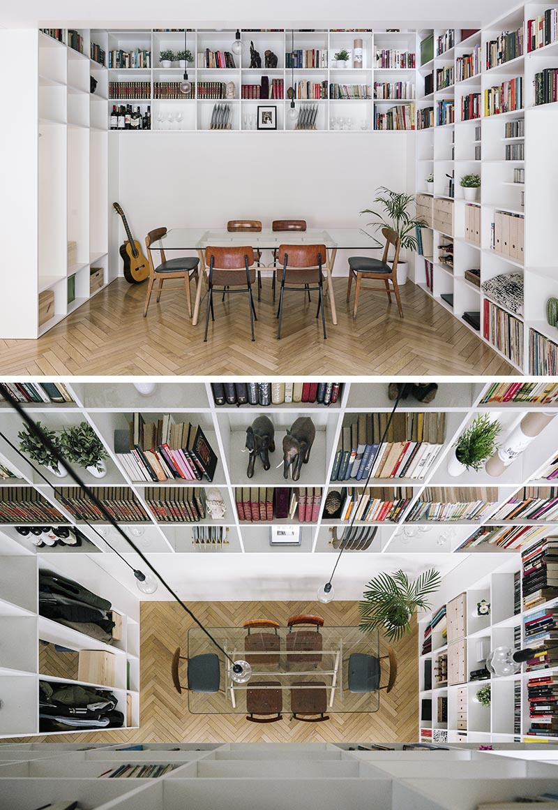 Cette étagère moderne blanche à double hauteur couvre à la fois le rez-de-chaussée et le premier étage de cette maison. Commençant dans le salon et la salle à manger décloisonnés, la bibliothèque s'enroule autour des murs avant de se déplacer verticalement vers le premier étage de la maison. # Bookshelf #DoubleHeightBookshelf #ShelvingIdeas #BuiltInBookshelf