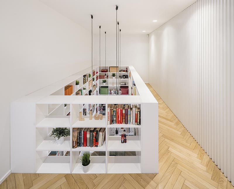 Le haut de cette étagère à double hauteur se transforme en garde-corps de sécurité pour la passerelle qui mène aux chambres et salles de bains au premier étage. # Bookshelf #Railing #SafetyRailing