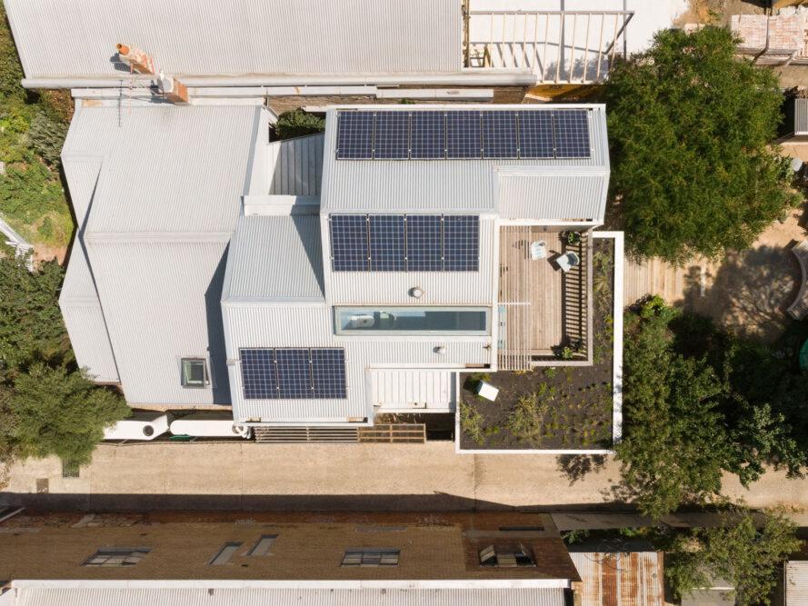vue aérienne de rangées de panneaux solaires sur les toits à pignon