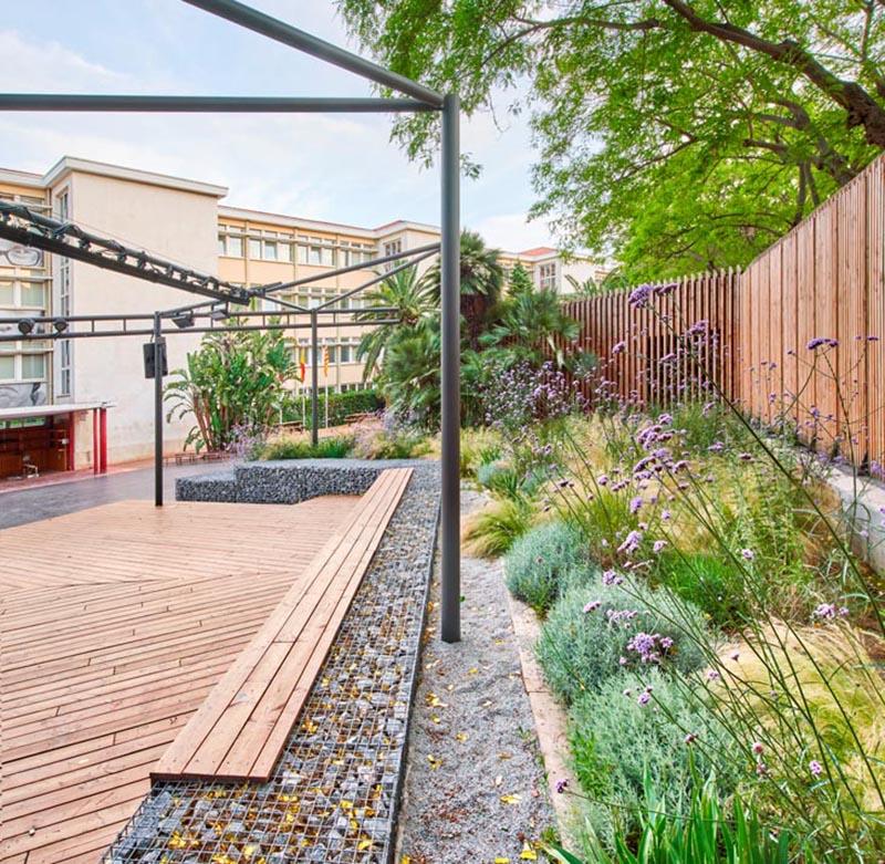 Les murs en gabion en zigzag forment la base de la banquette et fournissent des murs de soutènement pour les jardins environnants et la scène. #Gabions #GabionBench #GabionRetainingWall #Paysage #LandscapeDesign