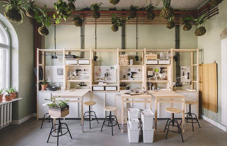 Maison moderne remplie de plantes