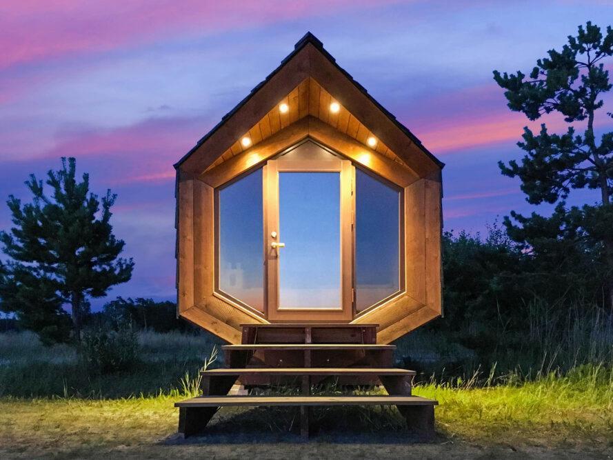 cabine en bois avec porte vitrée et toit à pignon