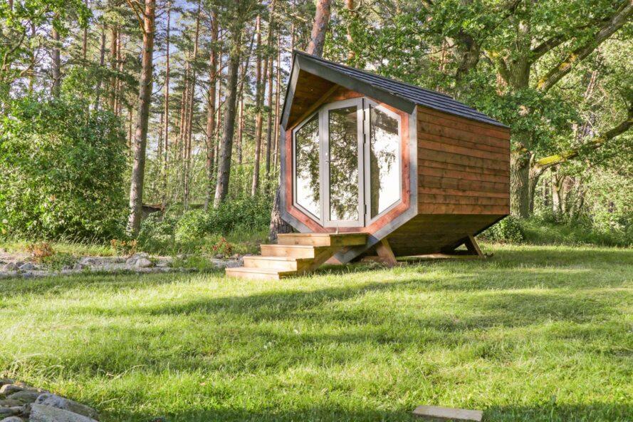 cabine en bois angulaire entourée d'arbres