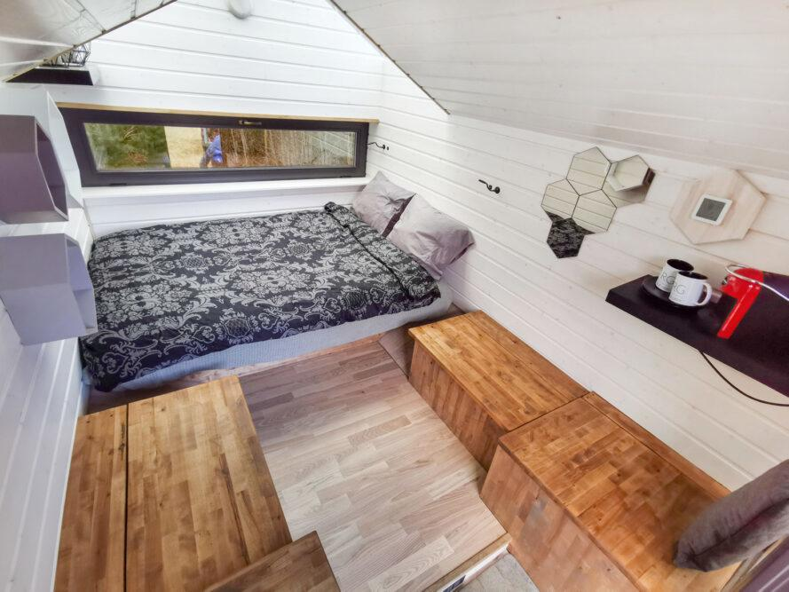minuscule intérieur de cabine avec lit double