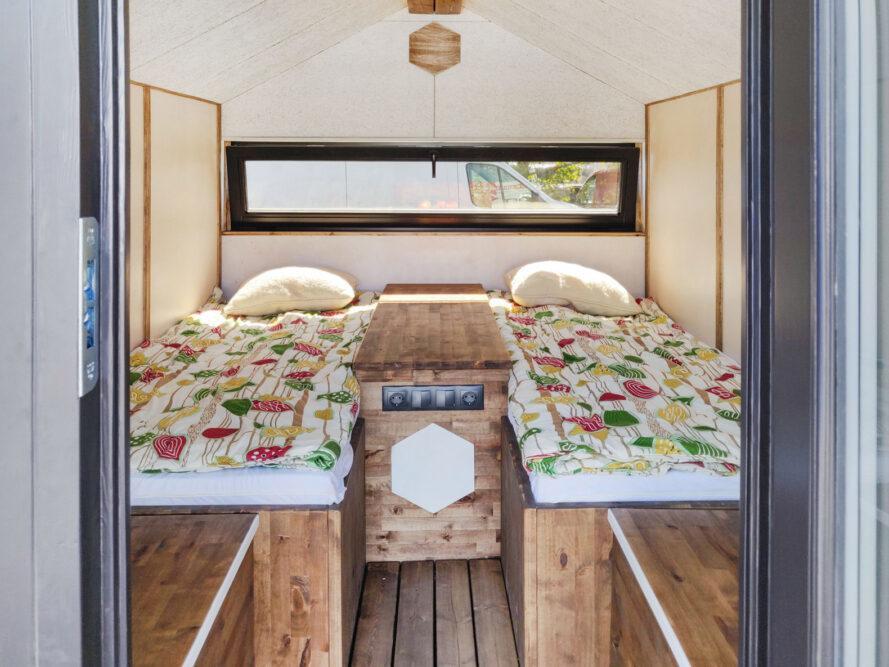minuscule intérieur de cabine avec deux lits jumeaux