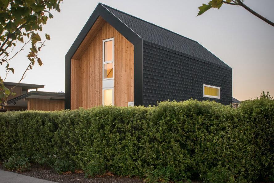 petite maison en bois clair et foncé avec toit à pignon