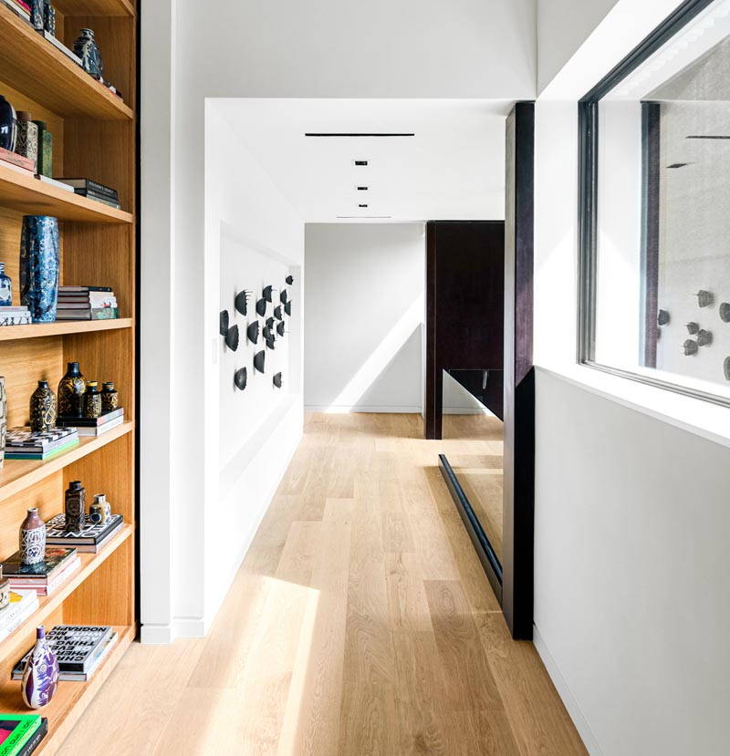 Le parquet en planches larges aux tons clairs est souvent choisi pour les maisons contemporaines, car il ajoute un intérêt visuel à un intérieur sans détourner l'attention des autres éléments de conception.  #WidePlankFlooring #LightWoodFlooring #FlooringIdeas