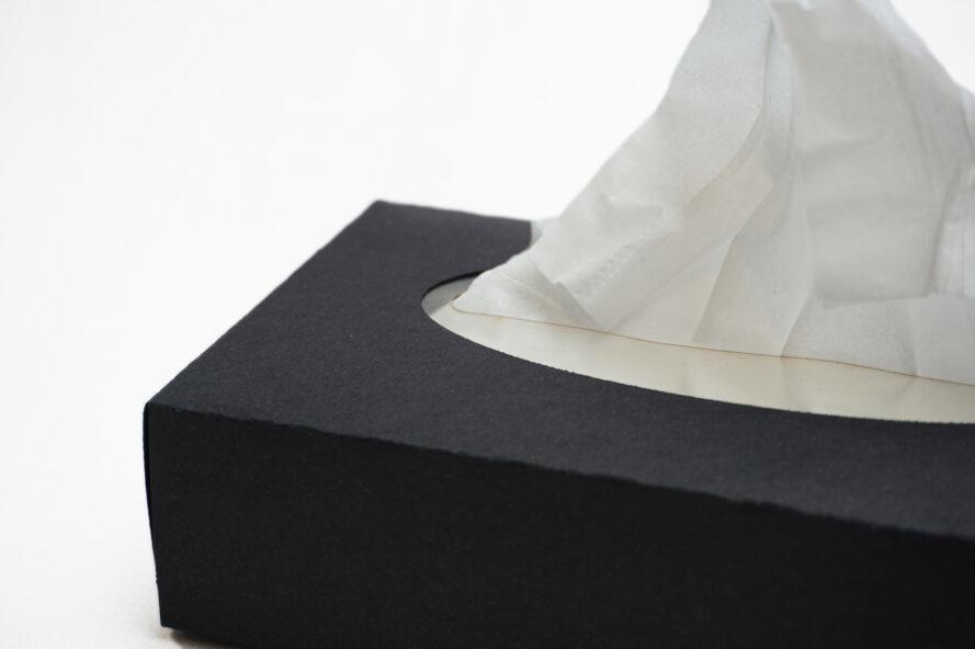 boîte à mouchoirs en carton avec doublure en bioplastique autour des tissus