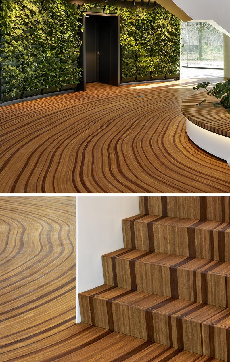Le plancher en bois de cet atrium de bureau a été conçu pour représenter les anneaux de croissance d'un arbre.  #WoodFloor #FlooringIdeas #ArtisticFlooring #SculpturalFlooring