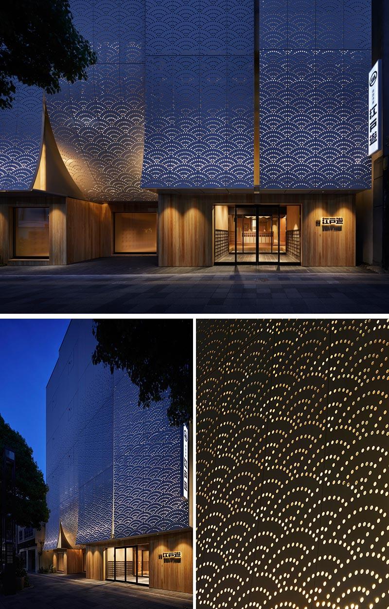 Kubo Tsushima Architects a conçu Ryogoku Yuya Edoyu, un spa à Tokyo, au Japon, qui présente une façade artistique en aluminium perforé dans un modèle japonais traditionnel. #ArtisticFacade #BuildingFacade #PerforatedAluminum #Architecture