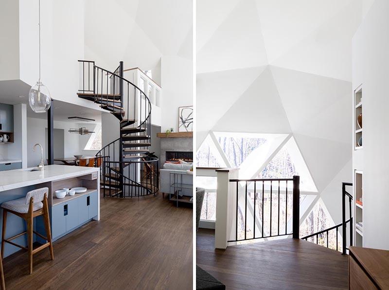Cette maison dôme géodésique rénovée dispose d'un escalier en colimaçon en acier noir avec des marches en bois qui mène au grenier où se trouve la chambre principale.  #SpiralStairs #GeodesicDome