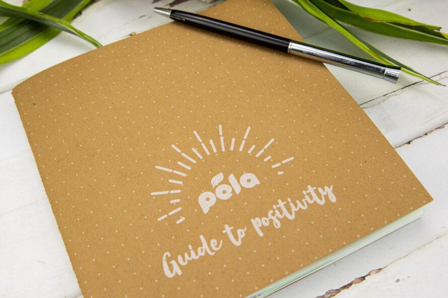 """petit livre de bronzage qui lit, """"Pela Guide to Positivity"""""""